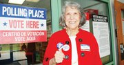 RESPONSABLE. Adrianne Bustamante, nacida en Nuevo México fue una de las primeras en votar el martes 5 en la escuela primaria Campbell.
