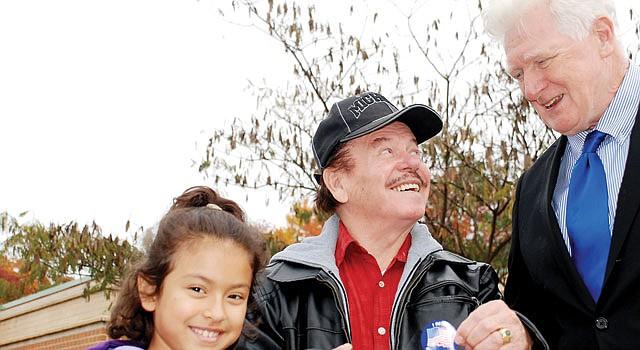 FELIZ. El puertorriqueño Juan Ramón Vargas y su nieta Briana con el congresista Jim Moran luego de votar en la escuela Campbell en Arlington.