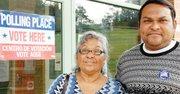 """MADRE E HIJO. Marcia Fuentes y su hijo Alan Lainez, ambos de Honduras, dicen que siempre votan por los candidatos """"a favor de los inmigrantes""""."""