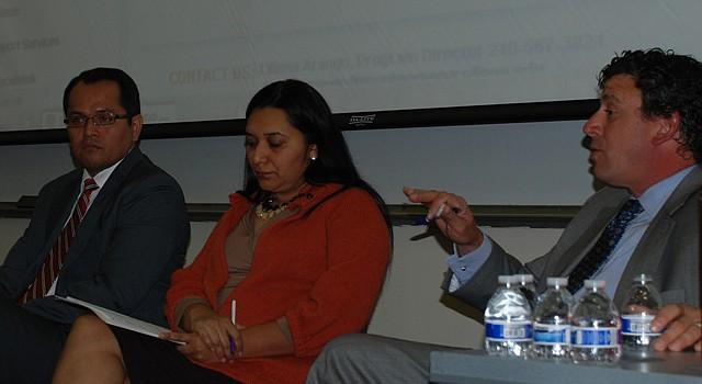 El abogado Alejandro Mendoza, a la derecha, y otros panelistas durante un seminario en Montgomery College el sábado 2.