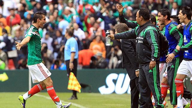 El mexicano Paul Aguilar (izq.) celebra después de anotar un gol elmiércoles 13 de noviembre de 2013, durante el partido entre México y Nueva Zelanda por la repesca al mundial de Brasil 2014, en el Estadio Azteca de Ciudad de México (México).