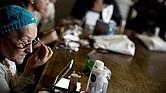 """En esta fotografía del 8 de noviembre de 2013 en Buenos Aires María Marta Casere se maquilla las cejas durante una clase del programa """"Luzca Bien… Siéntanse Mejor"""" de la Cámara Argentina de la Industria de Cosmética y Perfumería que busca devolver la autoestima a mujeres bajo tratamiento oncológico."""
