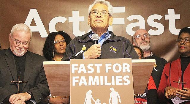 El sindicalista Eliseo Medina (centro) se une a líderes religiosos en un ayuno por la reforma, el martes 12 de noviembre, junto a Capitolio.