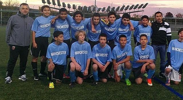 Los jóvenes integrantes del Manchester que ganaron el título en la categoría 2 del fútbol escolar recreativo del condado de Arlington, Virginia.