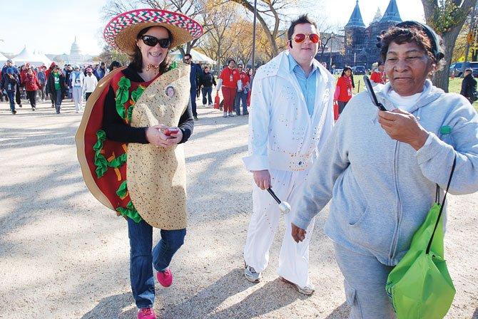 ELVIS Y TORTILLA. El buen humor animó a muchos de los caminantes a enviar el mensaje de hábitos de vida saludables en la Marcha de la Asociación Estadounidense del Corazón.