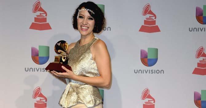 La cantante y compositora guatemalteca Gaby Moreno sostiene el premio Grammy a Mejor Artista Nueva