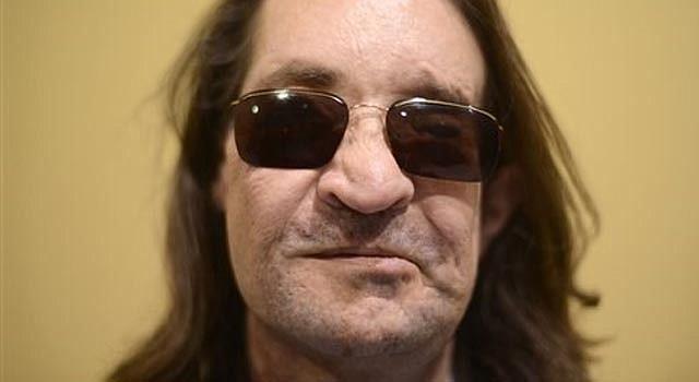 El primer paciente de trasplante completo de cara en Estados Unidos, Dallas Wiens, posa para una foto luego de una conferencia de prensa en McCormick Place, en Chicago, el miércoles 4 de diciembre de 2013. A pesar de las visibles cicatrices de la cirugía de marzo del 2011, Wiens se ve y se escucha como un hombre recuperado.