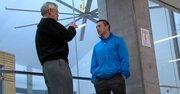 VOZ. Iván Gómez (der.) habla con su mentor de Future Link, Ken Weiner.