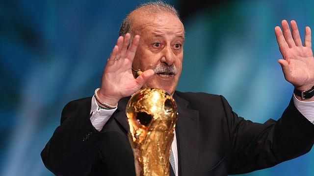 El entrenador de la selección española de fútbol, Vicente del Bosque, junto a la Copa del Mundo que su país defenderá en Brasil 2014.