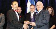 MODELO. Armando Mejía (der.) recibe el galardón de manos de H. Bonilla.