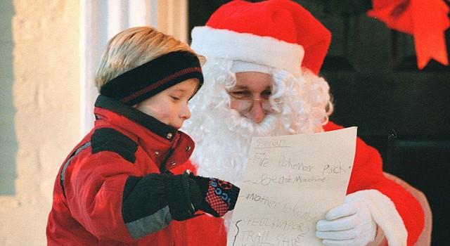 Un niño muestra su lista de regalos con Santa Claus. En varios centros comerciales del área metropolitana de Washington los niños pueden compartir y tomarse fotos con este tradicional personaje de las fiestas navideñas.