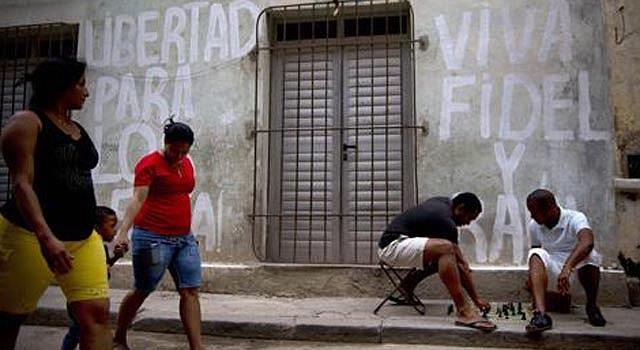 Los murales con consignas revolucionarias son una constante en La Habana.