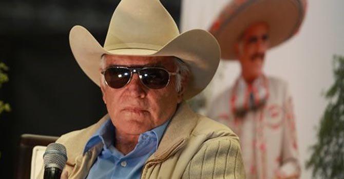 Vicente Fernández demanda a promotora de concierto