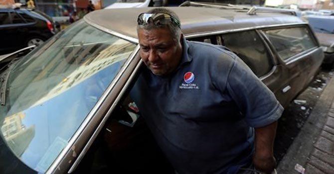 Venezolanos se aferran a autos ineficientes