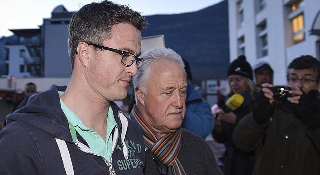 """El hermano del siete veces campeón de Fórmula Uno Michael Schumacher, el también expiloto Ralf Schumacher (izq.), y su padre Rolf Schumacher (centro) llegan al hospital universitario de Grenoble (Francia), el jueves 2 de enero de 2014. Michael Schumacher, el """"hombre récord"""" de la Fórmula Uno, centra la atención mediática casi tanto como en los momentos cumbre de su carrera deportiva, cinco días después del gravísimo accidente de esquí en los Alpes franceses y en la víspera de su 45 cumpleaños."""