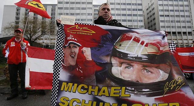 Seguidores del expiloto alemán Michael Schumacher se reúnen delante del hospital francés de Grenoble en el que permanece en coma inducido, para recordar el 45 cumpleaños del siete veces campeón de Fórmula Uno, en Grenoble, cerca de los Alpes franceses, el viernes 3 de enero de 2014. Schumacher continúa en coma inducido en ese hospital del este de Francia, en estado crítico pero estable, tras sufrir un grave accidente de esquí en los Alpes franceses el domingo 29 de diciembre de 2013.