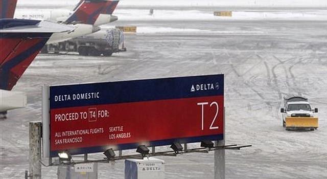 Una barredora de nieve se abe paso entre dos terminales después de que un vuelo de Delta proveniente de Toronto se salió de la pista debido a la nieve en el Aeropuerto Internacional Kennedy, el domingo 5 de enero de 2014. El incidente hizo que los controladores de vuelo suspendieran temporalmente las operaciones.