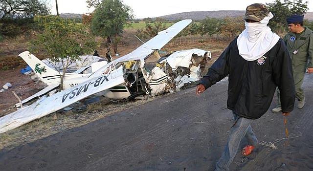 Las autoridades fiscales mexicanas anunciaron una investigación para conocer las causas del accidente aéreo que sufrió un dirigente de los grupos de autodefensa, José Manuel Mireles Valverde, quien resultó herido.