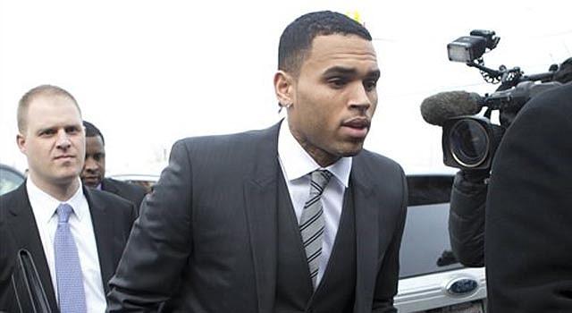 Chris Brown llegar a la Corte Superior del Distrito de Columbia en Washington el miércoles 8 de enero de 2014. Los abogados de Chris Brown dijeron a un juez el miércoles que el cantante rechazó un acuerdo legal por el cargo que enfrenta después de que golpear a un hombre fuera de un hotel de Washington.