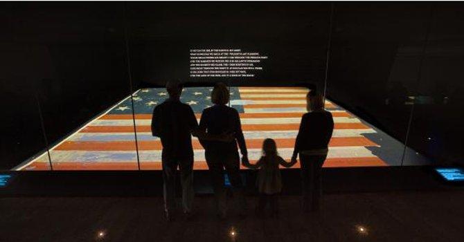 Bandera original y manuscrito del himno nacional en DC