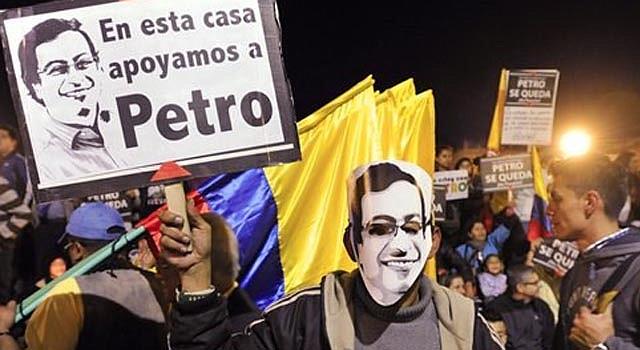 Partidarios del alcalde de Bogotá, Gustavo Petro participan en una marcha en contra de la destitución del gobernante local frente al ayuntamiento de Bogotá, en Colombia, el lunes 13 de enero de 2014.
