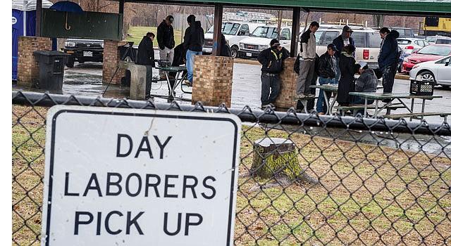 DESOLACIÓN. Jornaleros del Centro de Trabajadores de Shirlington, en Arlington, Virginia, pasan horas esperando sin éxito que contratistas los empleen.