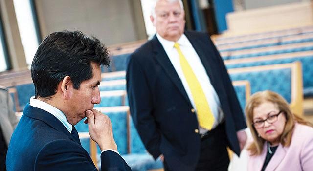 EN ARLINGTON. El presidente de VACOLAO, Edgar Aranda-Yanoc (izq.) Andrés Tobar y Leni González invitaron al público a visitar a los legisladores en Richmond el 21.