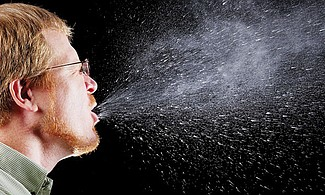VIRUS FELICES. Toser sin taparse la boca puede ser un arma letal. El virus se transmite por el aire e ingresa al organismo a través de la nariz.