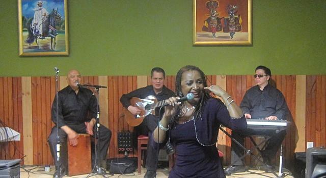 La cantante Vicky Leiva interpretó música criolla y afroperuana en el restaurante Cebiche House de Gaithersburg, Maryland el sábado 18.