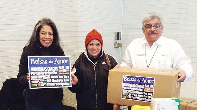 ENTREGA. Ruth Maribel Murillo (centro) recibió su caja de manos de la gerente de ventas de El Tiempo Latino, Zulema Tijero (izq.), y Ramón Pagán representante de la empresa EMD Sales, el día 25 en Washington, DC.