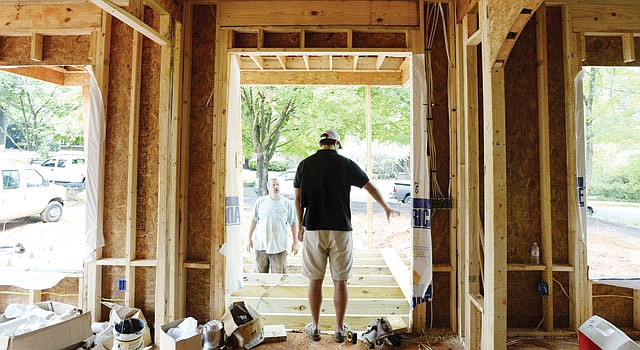 CONSTRUCCIÓN. El constructor Patrick Lockman supervisa la construcción de una nueva casa en Avondale Estates, Georgia.