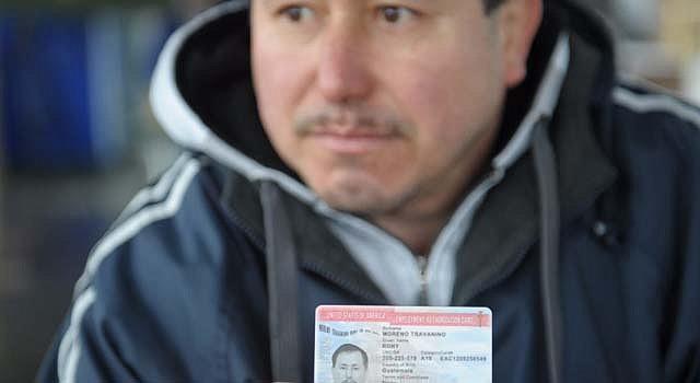 DOCUMENTO. Rony Moreno muestra su permiso de trabajo otorgado en 2013. Su esposa e hijos en Guatemala también se beneficiarían con la visa U.