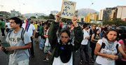 Manifestación en Caracas el jueves 13 de febrero de 2014 contra la violenta represión de los estudiantes el día anterior. El gobierno y la oposición se culparon mutuamente por los choques de la víspera, cuando partidarios del gobierno que se desplazaban en motos dispararon contra un grupo de manifestantes que habían chocado con la policía. (Foto AP/Fernando Llano)
