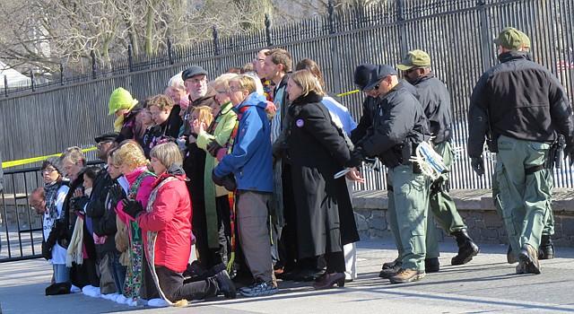 La Policía Nacional de Parques arresta a un grupo de religiosos que pide un alto a las deportaciones, el lunes 17 de febrero, feriado por el Día del Presidente.
