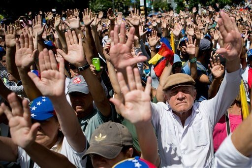 Venezuela: expulsión de funcionarios de EE.UU. y líder opositor se entregaría