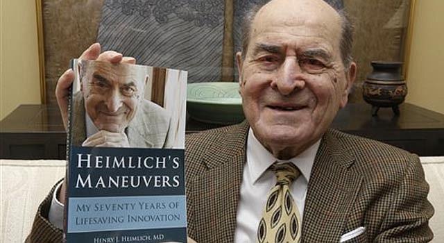 El doctor Henry Heimlich muestra un ejemplar sus memorias antes de ser entrevistado en su casa de Cincinnati el miércoles 5 de febrero de 2014.