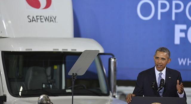 Barack Obama habla en un centro de distribución de Safeway en Upper Marlboro, Maryland, el martes 18 de febrero del 2014. Aunció que su gobierno emitirá normas de eficiencia más estrictas para los camiones de reparto para marzo del 2016 después de establecer una vinculación entre el menor consumo de combustible y el cambio climático.