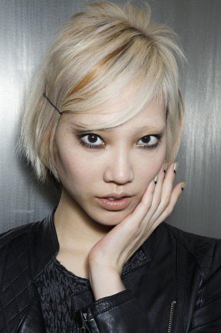Juego de claroscuro en el look de Peter Som. Manicure por ZOYA.