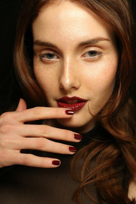 Un look perfecto para cualquier ocasión. Zana Bayne con manicure de ZOYA.