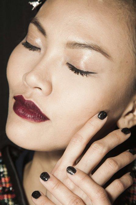 Tres clásicos en el look de Zang Toi. Manicure por ZOYA.