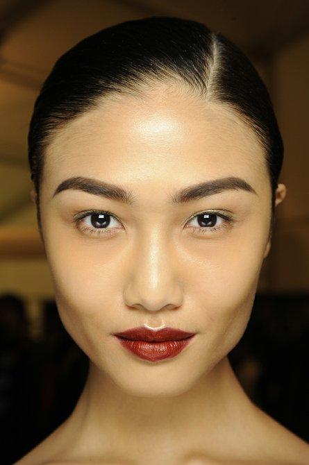 Cejas y labios fuertes en el maquillaje de Naeem Khan por NARS Cosmetics.