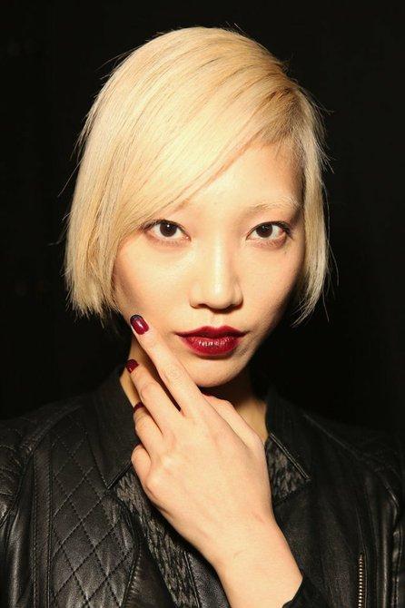 """Francesas con un """"giro"""" y labios borgoña en las pasarelas de Rebecca Minkoff. Maquillaje de STILA."""