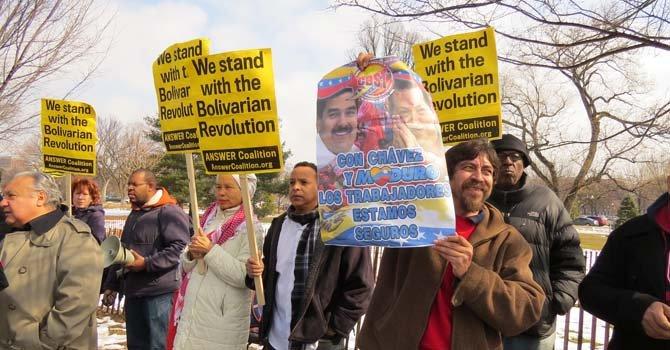 Un grupo de partidarios del actual gobierno venezolano se congregaron delante de los manifestantes que protestaban por la situación del país ante la OEA en Washington, DC, el 19 de febrero.