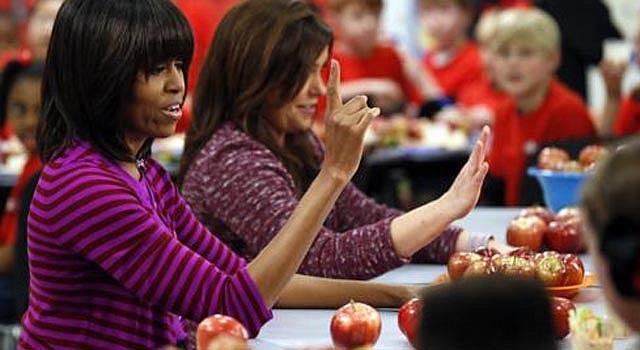La Primera Dama Michelle Obama promueve la comida saludable en niños y jóvenes.