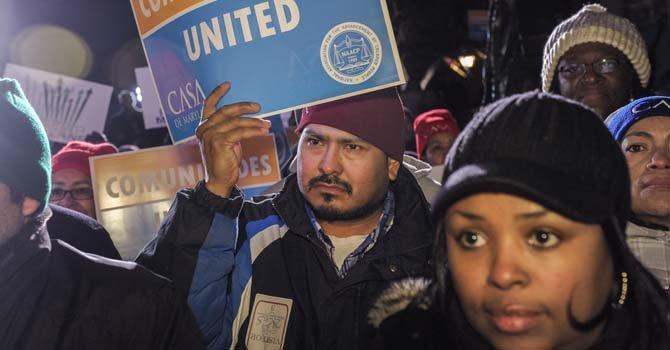 Victor Medrano (centro), hundureño, trabajador en la construcción, participó en la concentración en Annapolis, capital de Maryland, a favor del aumento del salario mínimo,un alto a las ejecuciones hipotecarias y la reforma migratoria. La manifestación fue convocada por CASA de Maryland y la NAACP, el lunes 24 de febrero de 2014.