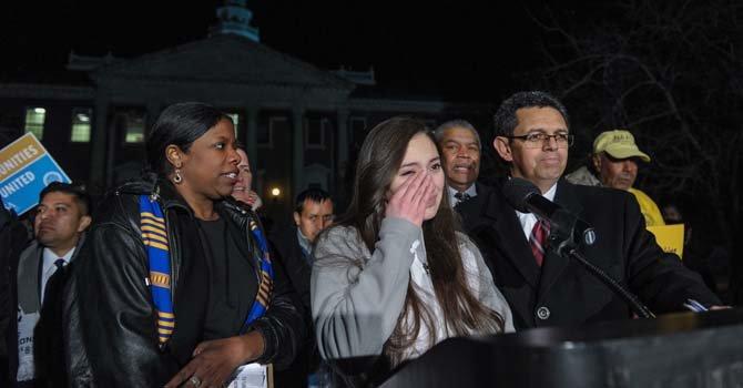 Aisha Braveboy (izq.), Delegada estatal, junto a Cinthia Ayala (Centro), estudiante y Gustavo Torres, Dir. de CASA de Maryland. La joven Ayala se limpia unas lagrimas al relatar como la policía detuvo a su padre en el tráfico y posteriormente fue deportado.