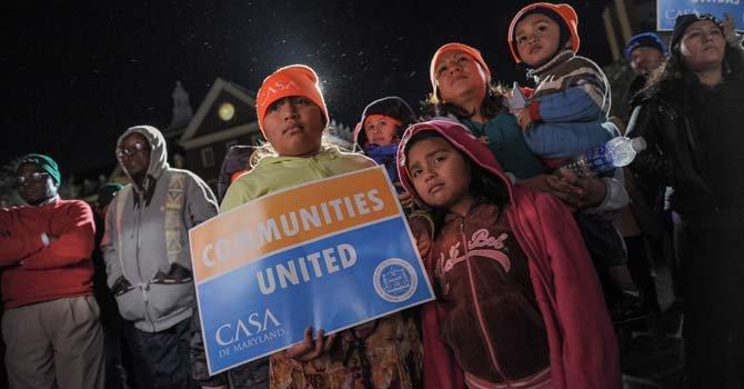 La mexicana María Guardado, junto a sus hijos, frente al Capitolio de MD, el pasado 24 de Feb. La familia se acercó hasta Annapolis apoyando el aumento al salario minimo entre otras reivindicaciones apoyadas por CASA de Maryland y NAACP.