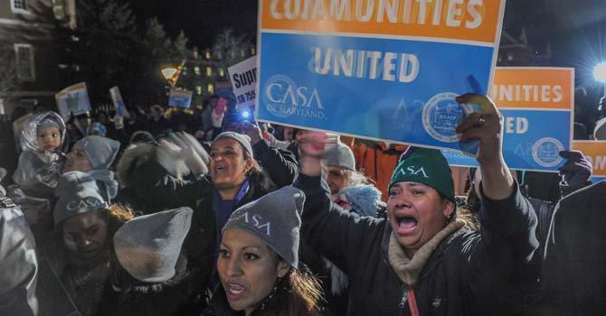 La hondureña Carmen Paz (gorra verde), sostiene su pancarta, el pasado 24 de Febrero en Annapolis en la concentración convocada por CASA y NAACP.