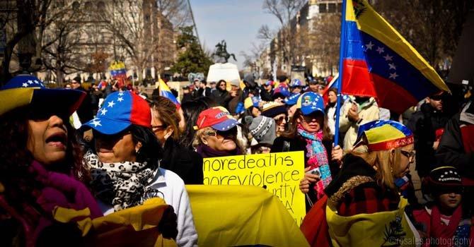 Venezolanos en Washington DC reclamando en favor de su país
