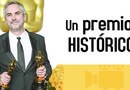Alfonso Cuarón posa para los medios de comunicación con sus dos galardones.